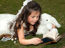 Lectura de la muchacha en jardín Fotografía de archivo