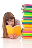 Lectura de la muchacha en suelo Imagenes de archivo
