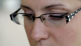Lectura de la muchacha, primer de los vidrios del ojo almacen de metraje de vídeo
