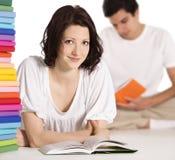 Lectura de la muchacha y del muchacho junto en suelo. Imágenes de archivo libres de regalías
