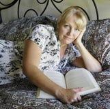 Lectura de la mujer. Foto de archivo libre de regalías