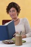 Lectura de la mujer adulta Imagen de archivo libre de regalías