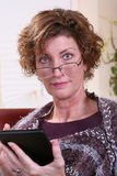 Lectura de la mujer adulta con la bufanda Imagen de archivo libre de regalías