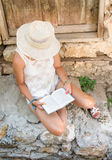Lectura de la mujer de moda en una ciudad vieja Fotografía de archivo libre de regalías
