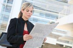 Lectura de la mujer de negocios Imagen de archivo