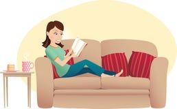 Lectura de la mujer en el sofá ilustración del vector