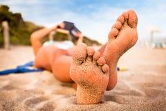 Lectura de la mujer en la playa. Imágenes de archivo libres de regalías