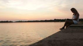 Lectura de la mujer en la puesta del sol almacen de metraje de vídeo