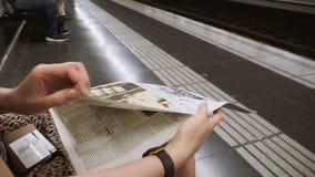 Lectura de la mujer en periódico del metro en la cámara lenta almacen de video