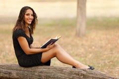 Lectura de la mujer joven Imágenes de archivo libres de regalías