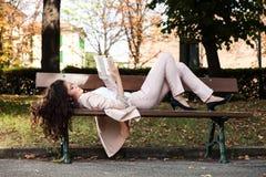 Lectura de la mujer joven Fotos de archivo libres de regalías