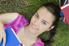 Lectura de la mujer joven al aire libre Foto de archivo