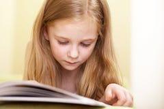 Lectura de la niña Imágenes de archivo libres de regalías