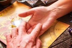 Lectura de la palma Fotografía de archivo libre de regalías