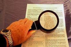 Lectura de la pequeña impresión Foto de archivo libre de regalías