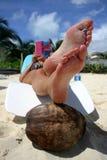 Lectura de la playa fotografía de archivo libre de regalías