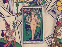 Lectura de las cartas de tarot Foto de archivo libre de regalías