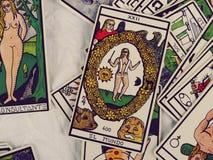 Lectura de las cartas de tarot Fotos de archivo