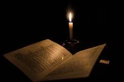 lectura de lite de la vela Imagen de archivo libre de regalías
