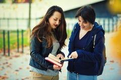 Lectura de los estudiantes fotografía de archivo libre de regalías