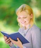 Lectura de los libros inspiradores Literatura femenina Relaje el ocio un concepto de la afición Los mejores libros del esfuerzo p fotografía de archivo