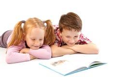 Lectura de los niños Fotografía de archivo
