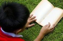 Lectura de los niños Imagen de archivo libre de regalías