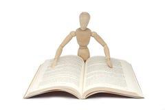 Lectura de madera del hombre Imágenes de archivo libres de regalías