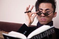Lectura de moda del hombre Foto de archivo libre de regalías