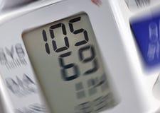 Lectura de presión arterial Foto de archivo libre de regalías