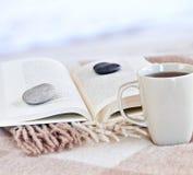 Lectura de relajación con té Fotos de archivo libres de regalías