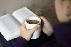 Lectura de un buen libro con café Foto de archivo libre de regalías