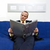 Lectura de un e-libro Imagen de archivo libre de regalías