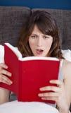 Lectura de un libro Fotos de archivo libres de regalías
