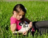 Lectura de un libro fotos de archivo