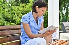 Lectura de un libro Imagen de archivo