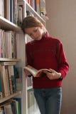 Lectura de un libro Imagen de archivo libre de regalías