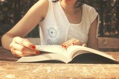 Lectura de un libro Imagenes de archivo