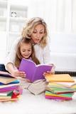 Lectura de un libro con la mama imágenes de archivo libres de regalías