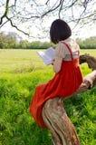 Lectura de un libro en naturaleza Foto de archivo libre de regalías