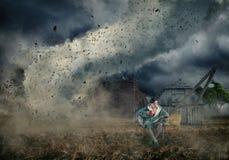 Lectura de un libro en un tornado fotos de archivo
