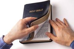 Lectura de una biblia Fotos de archivo libres de regalías