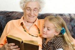 Lectura de una historia Imagen de archivo libre de regalías