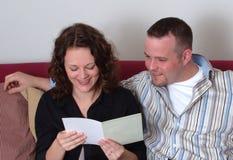 Lectura de una tarjeta de felicitación Imagenes de archivo