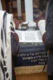 Lectura de una voluta de Torah durante rezo Imágenes de archivo libres de regalías