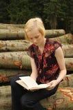 Lectura del adolescente al aire libre Fotos de archivo