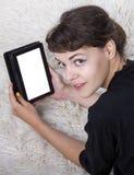 Lectura del adolescente en una tableta Fotos de archivo libres de regalías