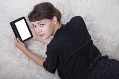 Lectura del adolescente en una tableta Imagen de archivo