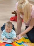 Lectura del bebé Imágenes de archivo libres de regalías