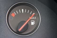 Lectura del calibrador de combustible por completo Fotografía de archivo